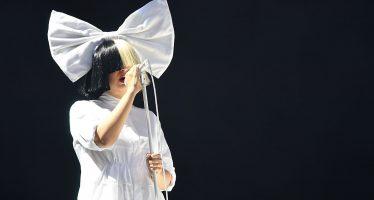 Sambil Menyiapkan Album Natal, SIA FURLER Bergabung Dengan Atlantic Records
