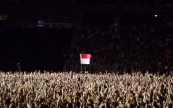 Bendera Merah Putih Berkibar Di Konser Foo Fighters