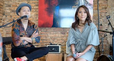 "Rilis Single Terbaru, ""The Sun in My Heart"", Sandhy Sondoro Feat. Lala Karmela."
