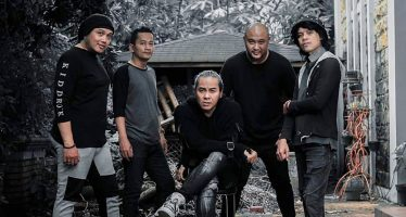 "Video Lirik Single Terbaru Rocker Kasarunk ""Stay With Me And Never Go Away""."