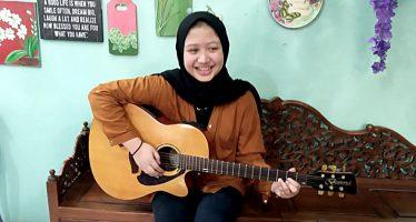 """""""Alexandra"""" Nyaman  Menulis Lirik Berbahasa Inggris, Rilis Single Perdana """"Word Left Unsaid""""."""