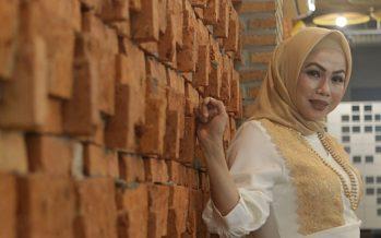 """Tia Veres"" ramaikan Industri musik Indonesia melalui single perdana ""Tetap Cinta""."